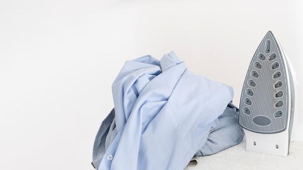 服の横にある衣類鉄 無料写真