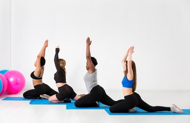 女性が練習するフィットネスクラス 無料写真