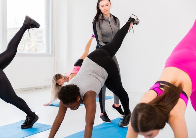 Интенсивные тренировки с женщинами в тренажерном зале Бесплатные Фотографии