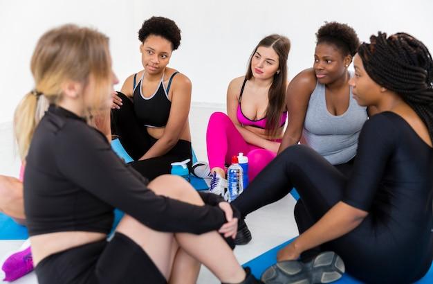 Группа женщин расслабиться после тренировки Бесплатные Фотографии