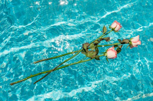 水の上に浮かぶバラの花束 無料写真