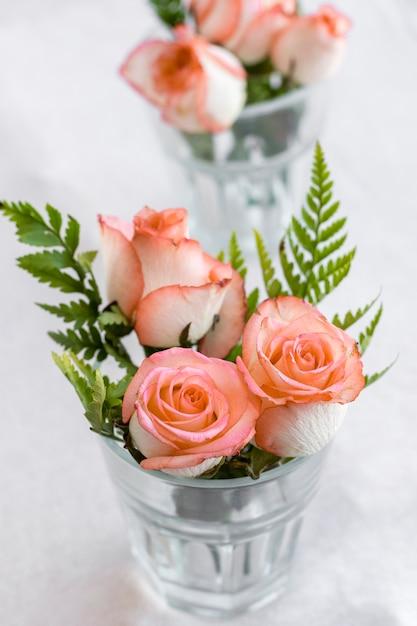 グラスの中のクローズアップのバラ 無料写真