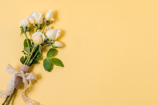 コピースペースを持つトップビュー白いバラの花束 無料写真