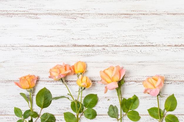 Букет из оранжевых роз на столе Бесплатные Фотографии