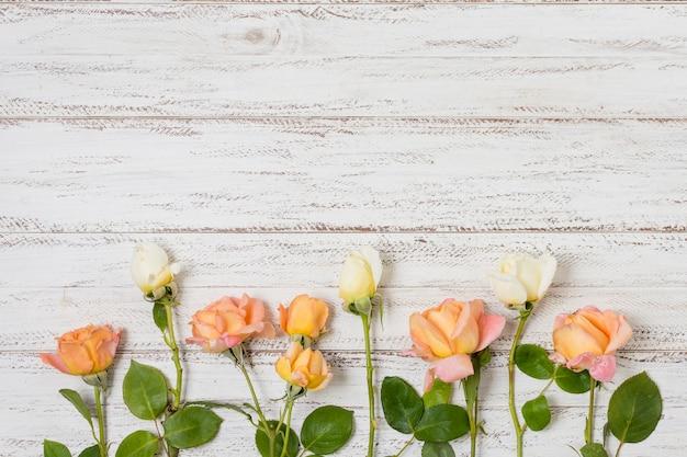 Набор оранжевых и белых роз на столе Бесплатные Фотографии