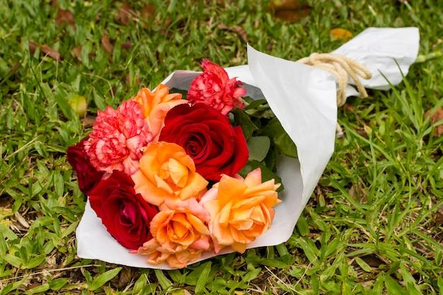 赤とオレンジのバラのきれいな花束 無料写真