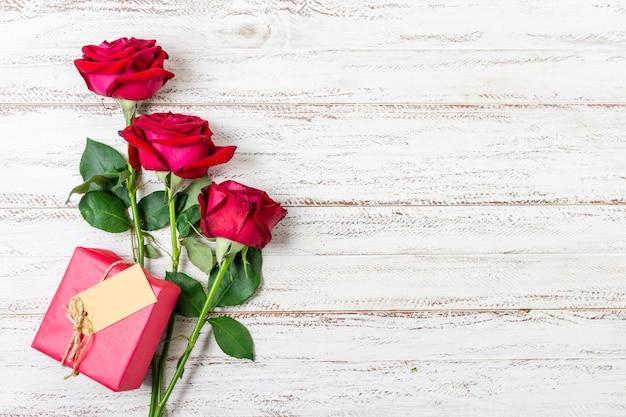 テーブルの上のトップビューかわいい赤いバラ 無料写真