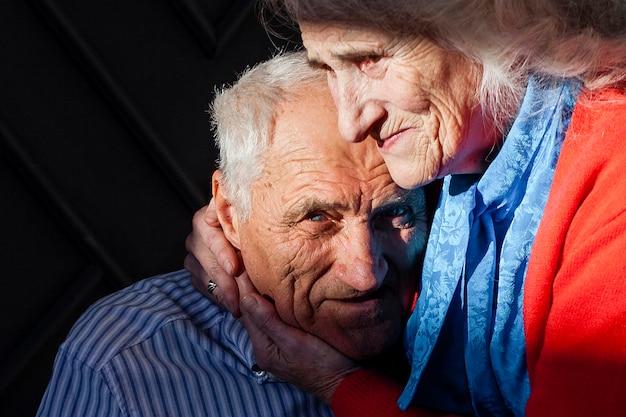 愛のクローズアップシニアカップル 無料写真