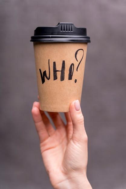 コーヒーカップを保持しているクローズアップの女の子 無料写真