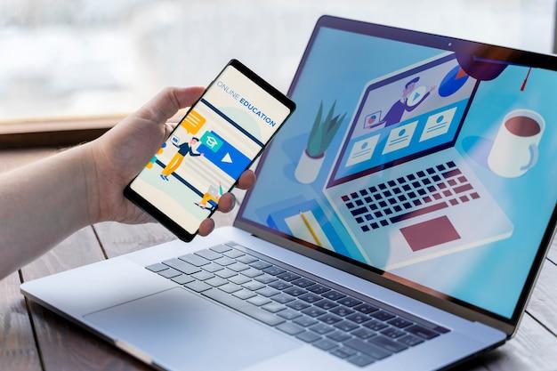Крупным планом человек с смартфон и ноутбук в помещении Бесплатные Фотографии