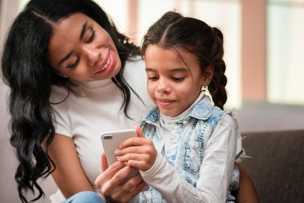 Мама учит ребенка пользоваться телефоном Бесплатные Фотографии