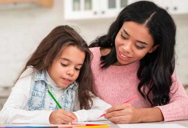ママの宿題を手伝う娘 無料写真