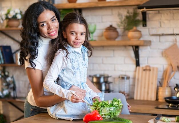 Семья готовит вместе Бесплатные Фотографии