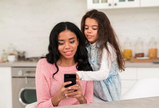 母と娘の携帯電話を使用して 無料写真