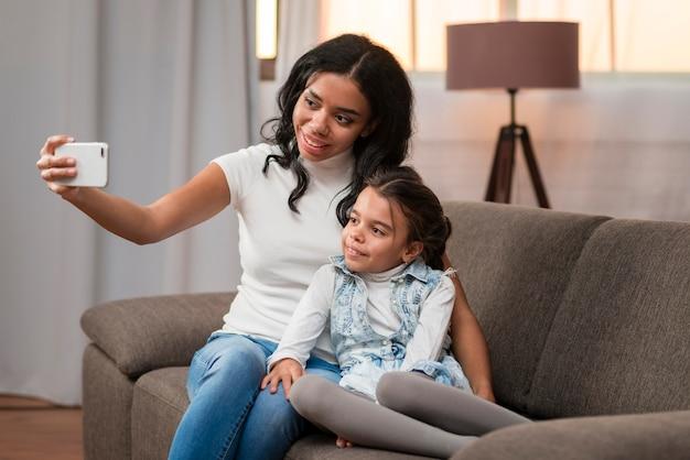 Мама, принимая селфи с дочерью Бесплатные Фотографии