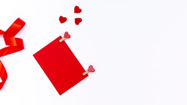 心とリボンでバレンタインの日紙の上から見る 無料写真