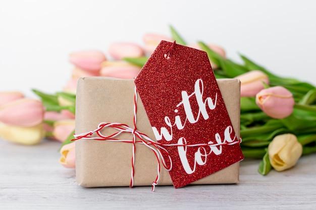 バレンタインデーのタグとチューリップとプレゼントの正面図 無料写真