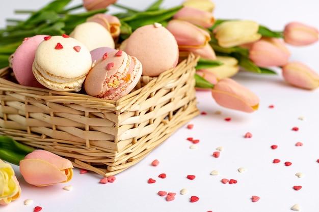 Высокий угол корзины с макаронами и тюльпанами на день святого валентина Бесплатные Фотографии