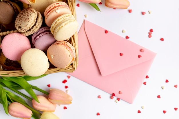 Вид сверху корзина макарон и конверт на день святого валентина Бесплатные Фотографии