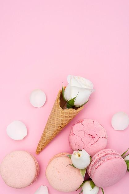 ローズとマカロンとアイスクリームコーンのトップビュー 無料写真