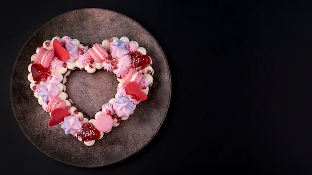 День святого валентина в форме сердца торт на тарелку с копией пространства Бесплатные Фотографии
