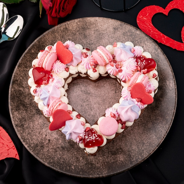 Тарелка с днем святого валентина в форме сердца торт Бесплатные Фотографии