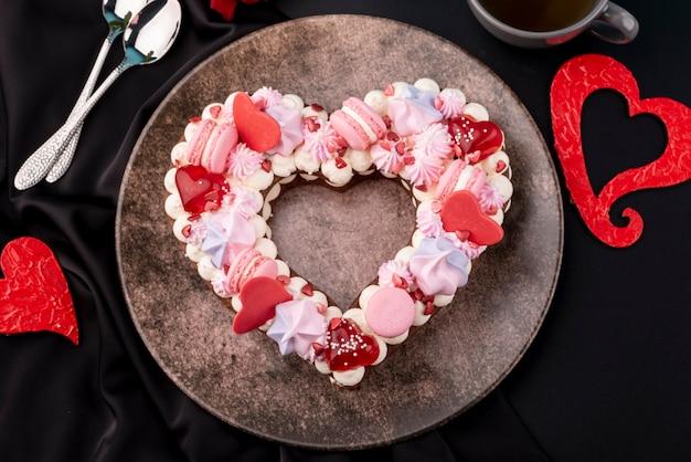 Вид сверху на день святого валентина в форме сердца торт на тарелку Бесплатные Фотографии