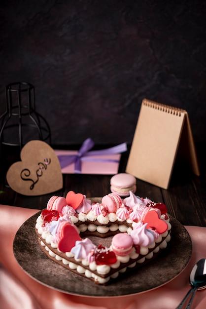 コピースペースとプレゼントとバレンタインの日ケーキ 無料写真
