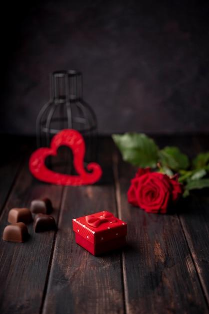 Шоколадные конфеты в форме сердца с подарком и розой Бесплатные Фотографии