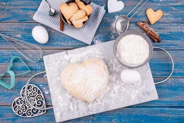 バレンタインデークッキーとハート形の生地のフラットレイアウト 無料写真