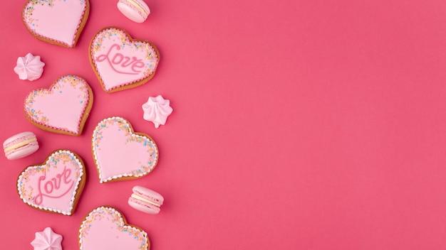 バレンタインデーのためのハート型のクッキーとメレンゲ 無料写真