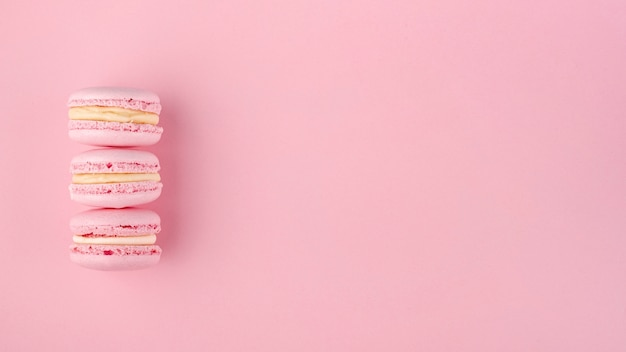 バレンタインデーのコピースペースとマカロンのスタック 無料写真