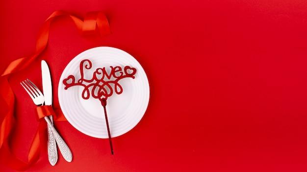 バレンタインの日の飾りとコピースペースとカトラリーのトップビュー 無料写真
