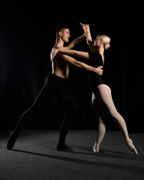 バレエのカップルが踊りながらポーズ 無料写真