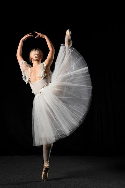 Вид сзади балерина в пачке с ногой Бесплатные Фотографии