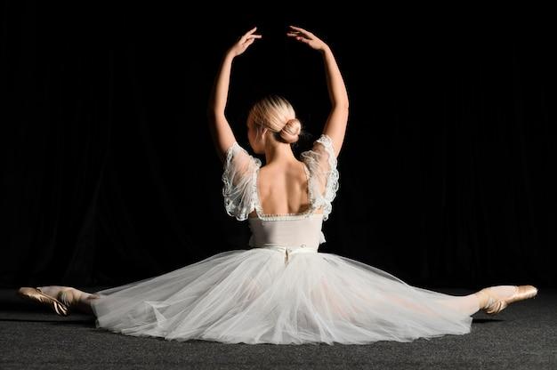 Балерина позирует во время раскола Бесплатные Фотографии