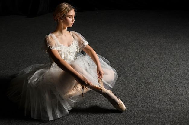 コピースペースでポーズチュチュドレスのバレリーナ 無料写真