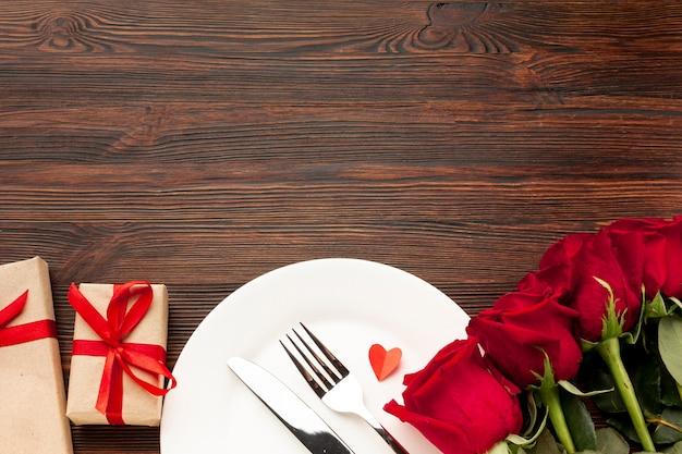 Прекрасная композиция для обеда на день святого валентина на деревянном фоне с копией пространства Бесплатные Фотографии