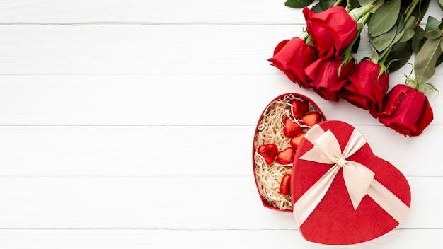 コピースペースを持つ白い木製の背景にバレンタインの日の夕食のための素敵なアレンジメント 無料写真