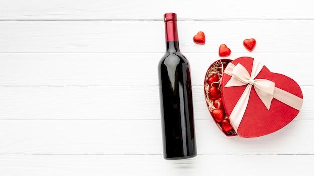 Прекрасный ассортимент для дня святого валентина на белом деревянном фоне с копией пространства Бесплатные Фотографии