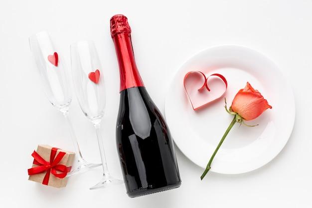 День святого валентина композиция с шампанским и бокалами Бесплатные Фотографии