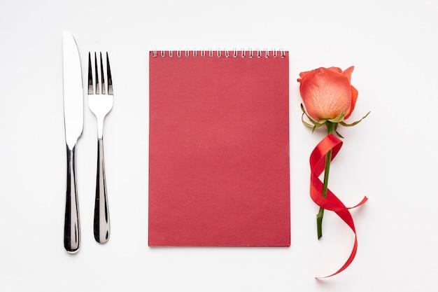 空の赤いメモ帳でトップビューバレンタインデー組成 無料写真