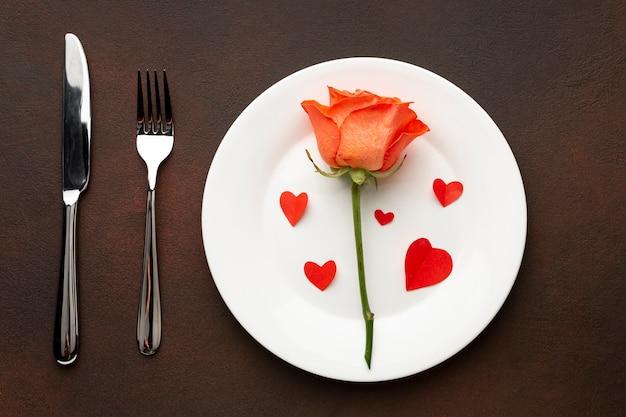 オレンジローズとバレンタインのディナーのトップビューの配置 無料写真