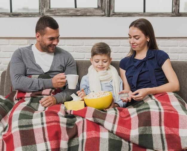 Портрет семьи уютно крытый Бесплатные Фотографии