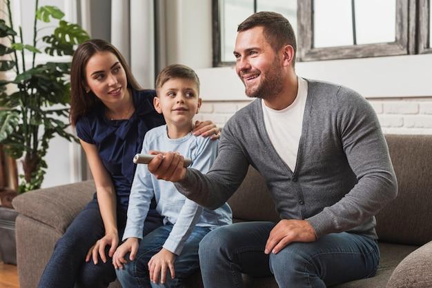Милая семья с сыном смотрят фильм Бесплатные Фотографии