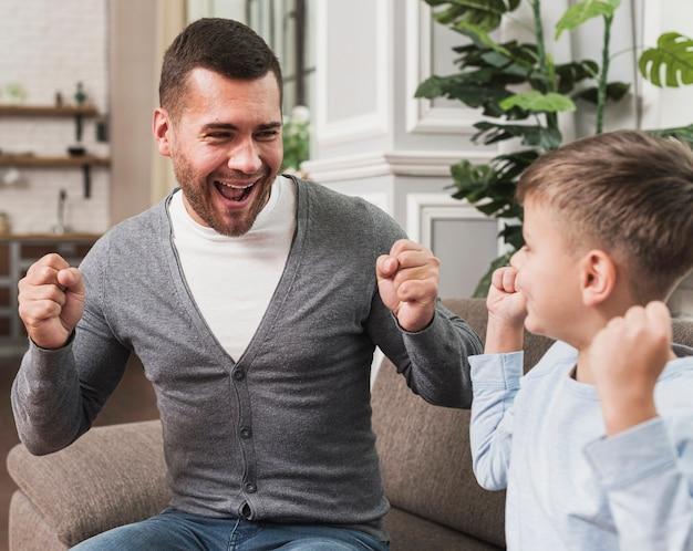 Портрет отца играет с сыном Бесплатные Фотографии