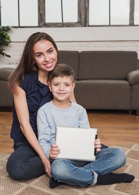 Портрет улыбающейся мамы с сыном Бесплатные Фотографии