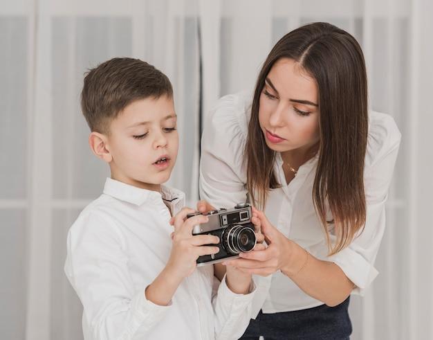 Мать учит, что мальчик использует камеру Бесплатные Фотографии