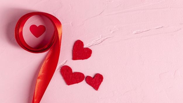 赤いリボンとハートコピースペース 無料写真