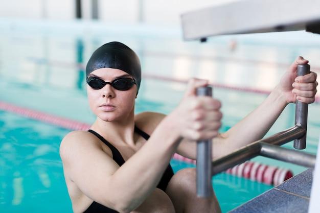 Профессиональная женщина пловец глядя Бесплатные Фотографии